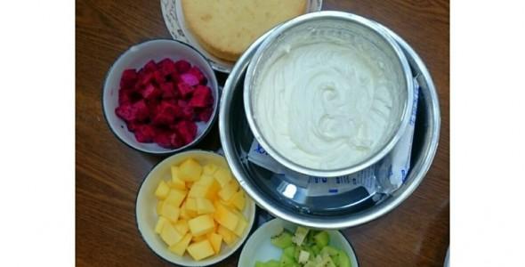 蝴蝶/1.水果洗净切好,淡奶油加糖打发,蛋糕分片准备好。