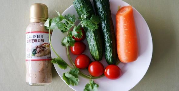 美食 图解 鸡丝/1.将胡萝卜、黄瓜、圣女果、香菜叶等食材洗净备用。