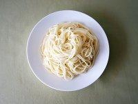 美食 图解 鸡丝/4.将面条煮熟,过凉水后沥干水分放入盘中。