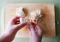 美食 鸡丝/3.将煮熟的鸡胸肉撕成细丝。