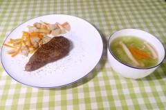 牛排 ,芙蓉菌菇丝瓜汤 。