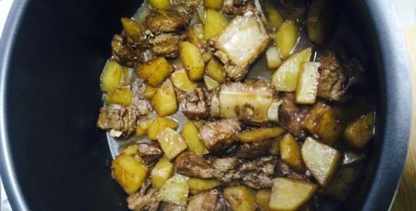 土豆排骨焖饭的做法 土豆排骨焖饭的家常做法 土豆排骨焖饭怎么做