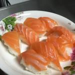 手握三文鱼寿司
