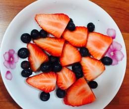 草莓蓝莓酸奶奶昔