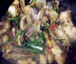 炒入味的煮大鱼