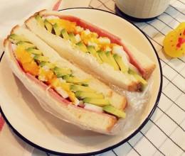 超厚牛油果鸡蛋火腿三明治