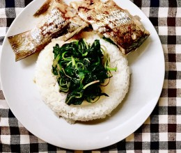 简易版清蒸鱼配苋菜白米饭