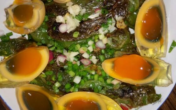 虎皮青椒皮蛋的做法 虎皮青椒皮蛋的家常做法 虎皮青椒皮蛋怎么做